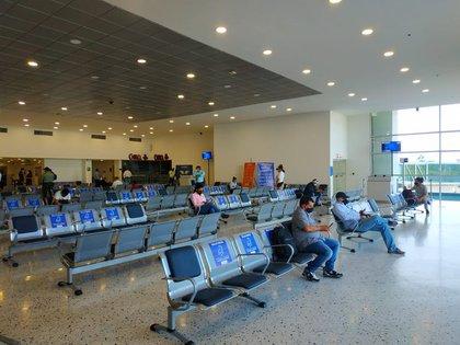 Los pasajeros esperando abordar el avión y respetando la distancia (@aerooriente)