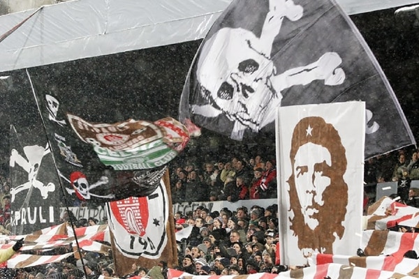 La hinchada del St.Pauli, en Alemania, se caracteriza por sus consignas de izquierda y antifascistas
