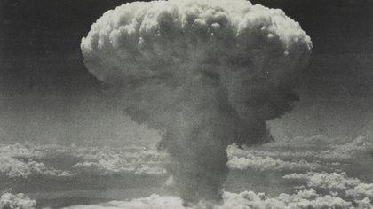 """Una nube en forma de hongo se eleva después de que una bomba atómica con nombre en código """"Fat Man"""" explotara luego de ser lanzada por un bombardero B-29 de la Fuerza Aérea de los EE. UU. Sobre Nagasaki, Japón, el 9 de agosto de 1945 (REUTERS/Fuerzas Aéreas del Ejército de EE. UU. / Biblioteca del Congreso)"""