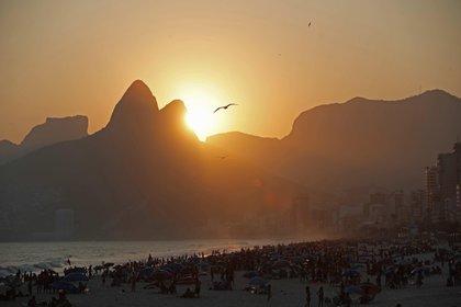 Vista de la playa de Ipanema hoy en la ciudad de Río de Janeiro (Brasil). EFE/Marcelo Sayão