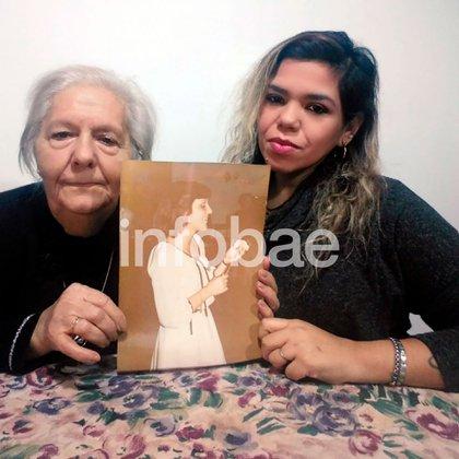 """Adela, 79 años, su hija Daniela y el retrato de Silvia: """"Sé quién es el asesino y está libre"""""""