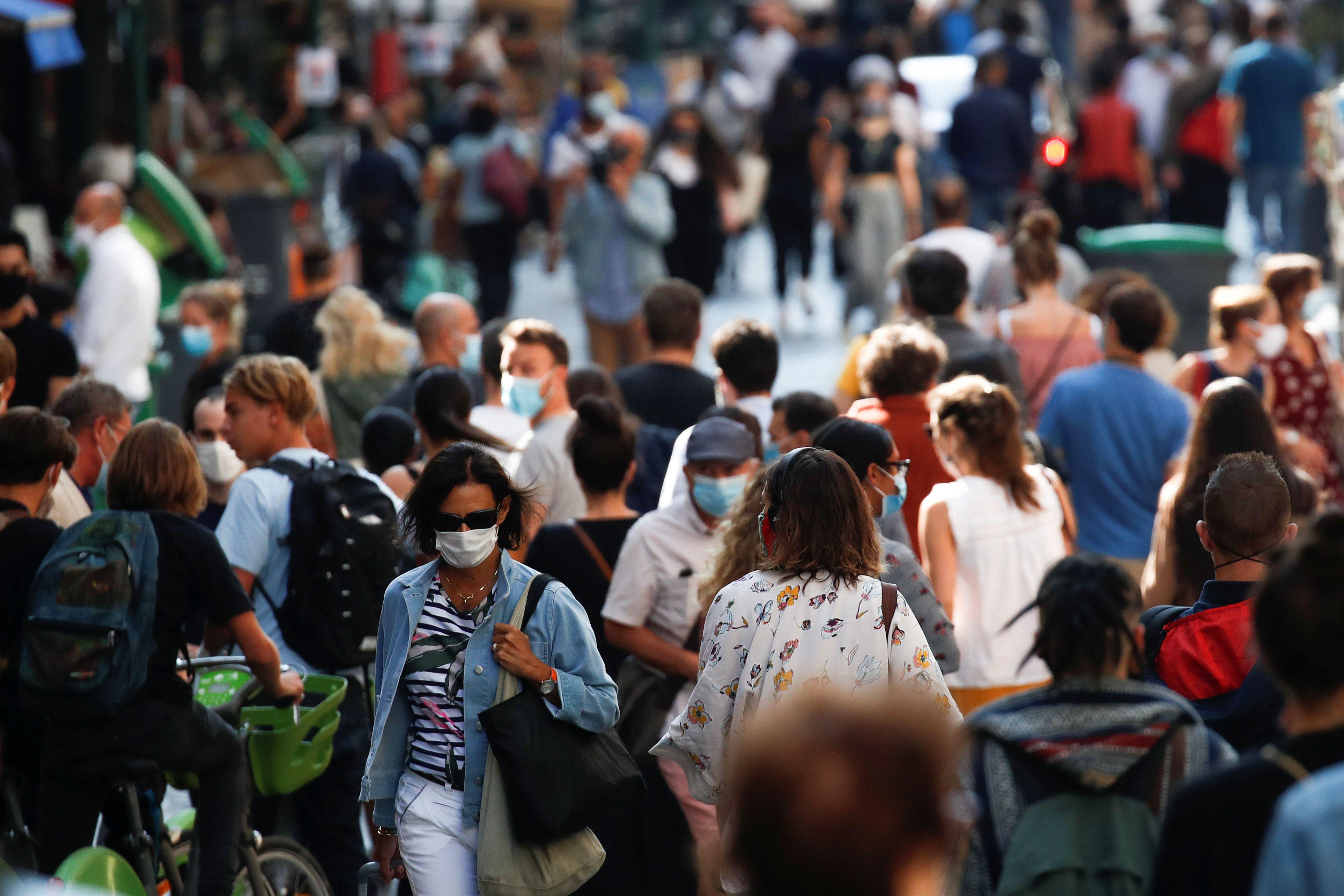 Este problema es especialmente agudo, según indican, en ambientes interiores o cerrados, particularmente aquellos que están abarrotados y tienen ventilación inadecuada en relación con el número de ocupantes y períodos de exposición prolongados (Reuters)