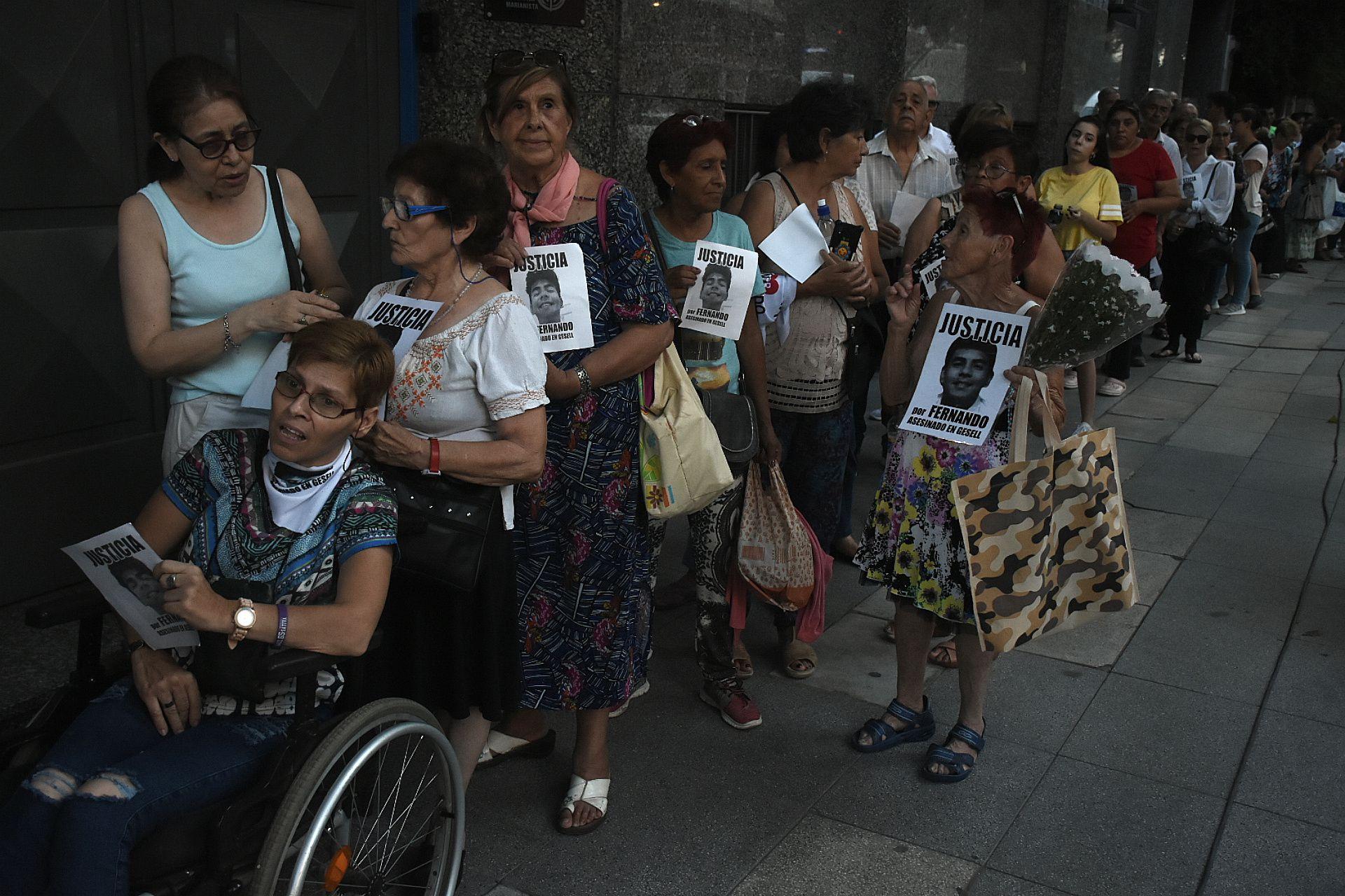 Decenas de personas se acercaron a dar su apoyo a la familia