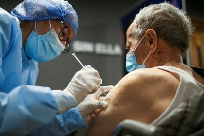 Foto de archivo. Un hombre mayor recibe la primera dosis de la vacuna china Sinovac Biotech contra el COVID-19 durante el programa de vacunación masiva en Bogotá, Colombia,  9 de marzo, 2021. REUTERS/Luisa González