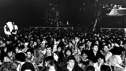 Aquella tarde fría en Obras, multitudes querían solidarizarse con los soldados que pasaban más frío en las islas. Pero también mostraban que el rock argentino quería paz y se acercaba a los familiares de los desaparecidos