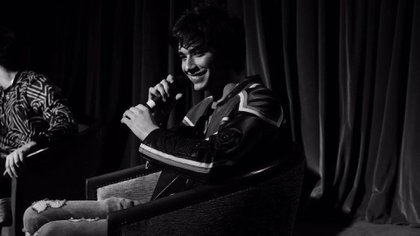 Carismático, sencillo y talentoso, Julián Serrano atrae a sus shows en vivo a un público amplio, desde 9 a 25 años.