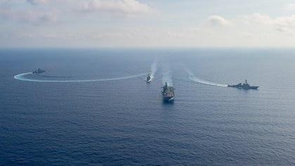Una fotografía proporcionada por el Departamento de Defensa de Australia de algunos buques militares estadounidenses y australianos realizando maniobras en el mar de China Meridional en abril de 2020