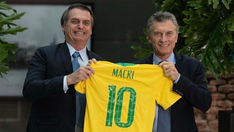 Bolsonaro le regaló a Macri la camiseta de la selección nacional