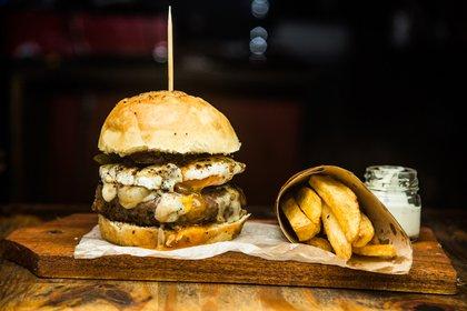 La hamburguesa de Breoghan con queso, huevo frito y papas rústicas (Breoghan)