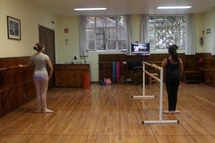 Alumnas de la clase de María haciendo los ejercicios frente a la pantalla con sus compañeras vía online en la academia Mallet Studio Coppelius. Ciudad de México, abril 20, 2021.Ftoto Karina Hernández/Infobae