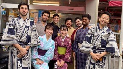 De kimono -al fondo, de oscuro- y con amigos (@alan.sosa)