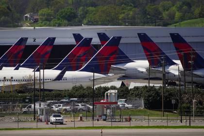 Aviones de pasajeros de Delta Air Lines varados  Birmingham, Alabama. Marzo 25, 2020.  REUTERS/Elijah Nouvelage