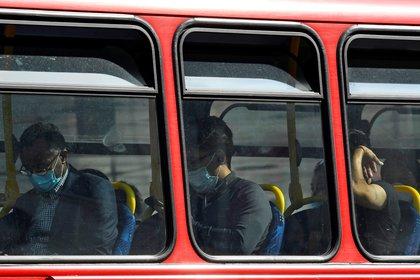 Pasajeros viajan en un colectivo con máscaras faciales en Londres, el 11 de septiembre de 2020. REUTERS/Toby Melville