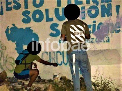 Dos de los jóvenes iniciando el mural