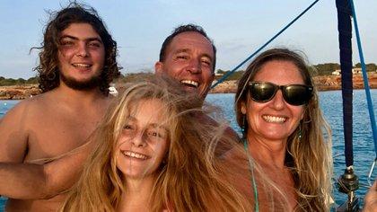 Esta familia porteña lleva más de tres años a bordo, y ya visitó más de cien puertos.