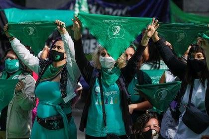 Manifestantes sostienen pañuelos verdes frente al Congreso