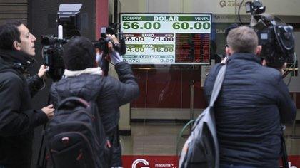 12 de agosto de 2019, el día después de las PASO: las pizarras de las casas de cambio ganaron titulares internacionales by RONALDO SCHEMIDT / AFP)
