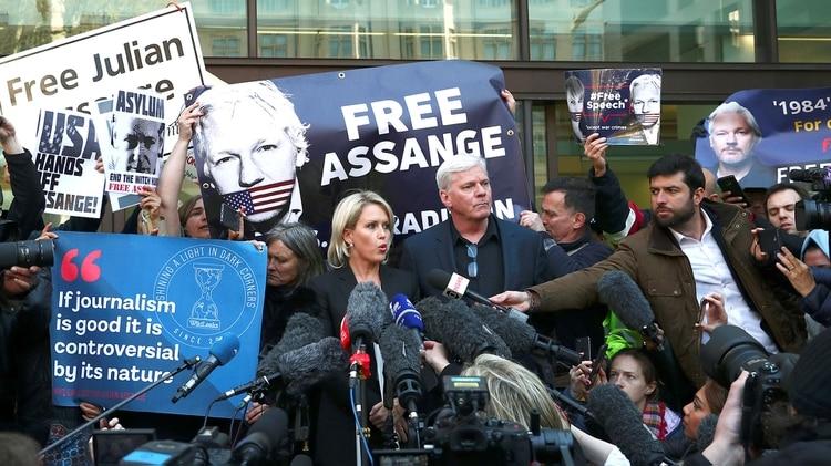 Kristinn Hrafnsson, editor de Wikileaks, junto a la abogada Jennifer Robinson (REUTERS/Hannah McKay)