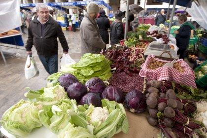 Un puesto de verduras de temporada muestra colifrores y lombardas, entre otros productos. EFE/David Aguilar/Archivo