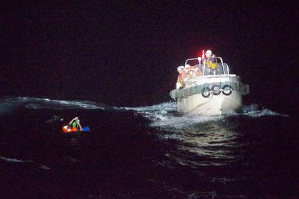 Un tripulante filipino que se encontraba a bordo del Gulf Livestock 1 es rescatado por un barco de la Guardia Costera de Japón (Reuters)