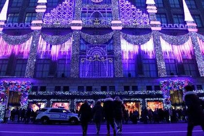 Saks Fifth Avenue's en Nueva York deslumbra con sus vidrieras año tras año (Reuters)