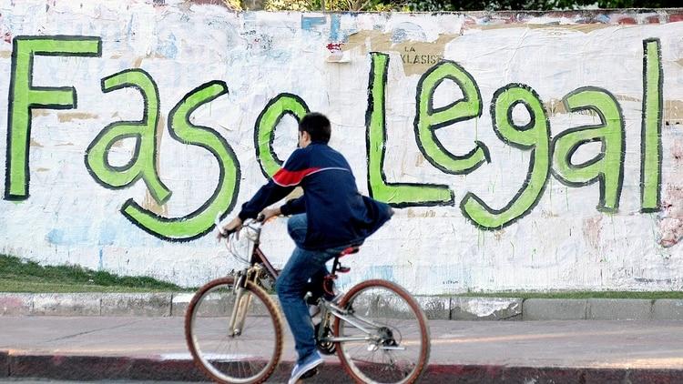 Un ciclista en medio de una pintada que celebraba la regulación del cannabis en Uruguay