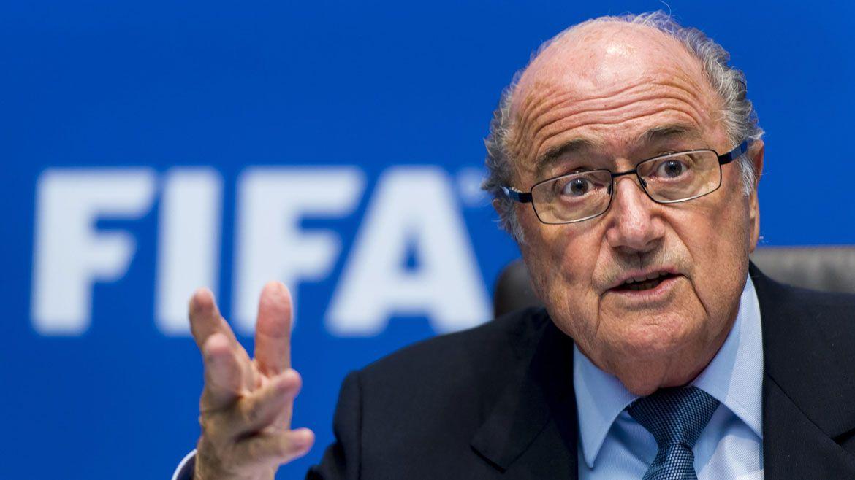 Blatter fue suspendido por la FIFA de toda actividad relacionada con el fútbol ( AFP)