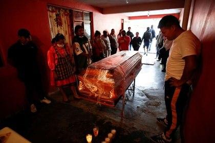 Foto de archivo. El ataúd de Horacio Servando Parada, de 65 años, quien murió de la enfermedad por coronavirus (COVID-19) es presentado en su casa antes de su entierro, en Nezahualcóyotl, en el Estado de México, México, 21 de mayo de 2020. REUTERS/Gustavo Graf