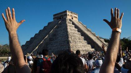 Miles de personas acuden a las ruinas mexicanas de Chichén Itzá para contemplar el fenómeno de luz y sombra. EFE/Cuauhtémoc Moreno (Archivo)
