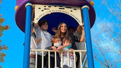 Pampita y sus hijos durante la inauguración de la plaza con el nombre de su hija Blanca