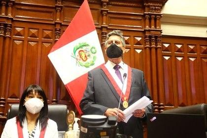 En medio de una endeble situación polìtica, Perú colocó bonos en el mercado internacional por USD 4.000 millones, una parte vía la emisión de uno a cien años a una tasa del 3,5% anual. En la foto, el presidente interino, Francisco Sagasti, habla al Congreso que lo eligió REUTERS