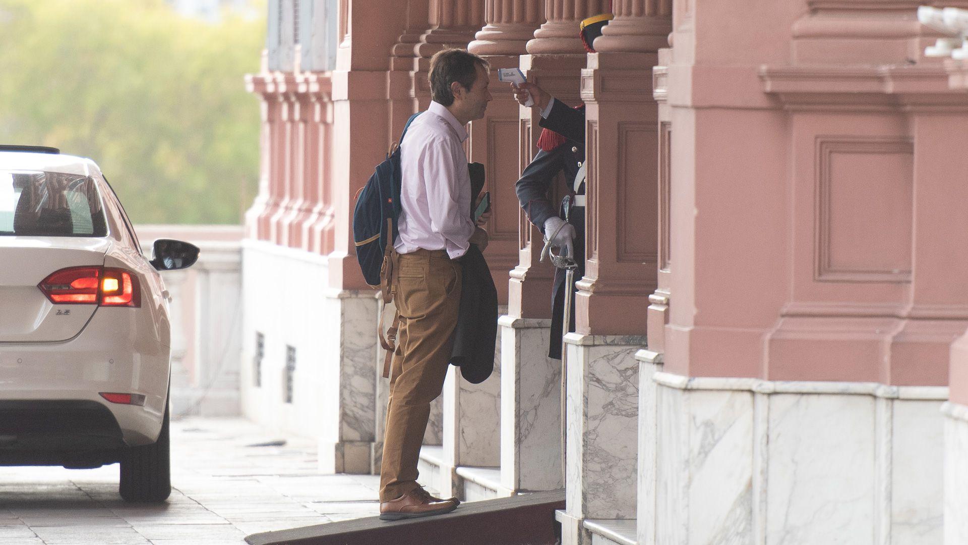 Gustavo Béliz se somete a un control de temperatura en el ingreso a Casa Rosada (Fotos: Adrián Escandar)