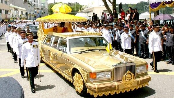 Los primos de Faiq se casaron en una carroza de bodas a bordo de un convertible Rolls-Royce President Limousine