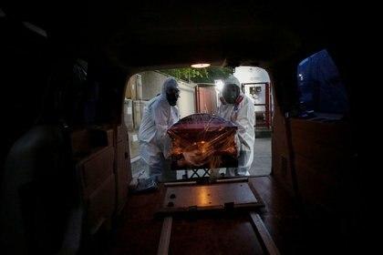 Las cremaciones, inhumaciones y embalsamamientos, sólo se podrán realizar si han transcurrido por lo menos 12 horas del fallecimiento. (Foto: Reuters)