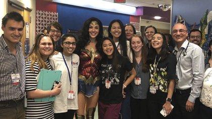 """Gal Gadot visita a niños con cáncer vestida de """"Wonder Woman"""""""