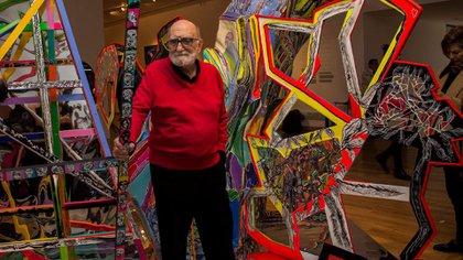 El artista, junto a una de sus obras