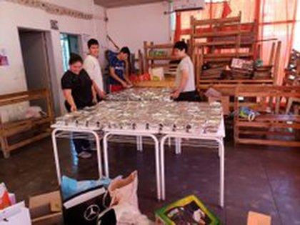 Los voluntarios acomodan las viandas para ser entregadas a los más necesitados
