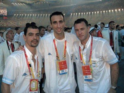 Diego Grippo (a la derecha de Ginobili), titular del Comité Nacional Anti Dopaje, fue médico de la Generación Dorada de básquet, un deporte en el que los jugadores usan mucho el cannabis (Foto Archivo GENTE)