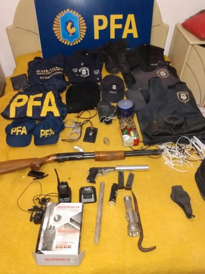 Las armas y los equipos de policía incautados.