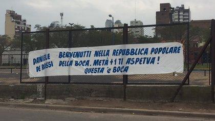 La pancarta que ya está colgada en los alrededores de la Bombonera (@SANGREXENEIZE)