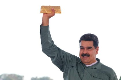 Nicolás Maduro sostiene una barra de oro durante una reunión con representantes del sector minero en Puerto Ordaz, Venezuela (Reuters)