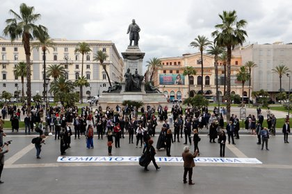 Abogados italianos participan en un flash mob para protestar contra el aplazamiento de las audiencias judiciales, que se han retrasado debido a las medidas para prevenir la propagación de la enfermedad coronavirus (COVID-19), en Roma, Italia, 29 de mayo de 2020 (REUTERS/Remo Casilli)