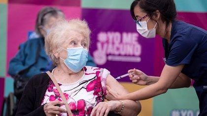 Una persona recibe la primera dosis de la vacuna china Sinovac contra la Covid-19 hoy, en un centro de salud en Santiago (Chile). EFE/ Alberto Valdés