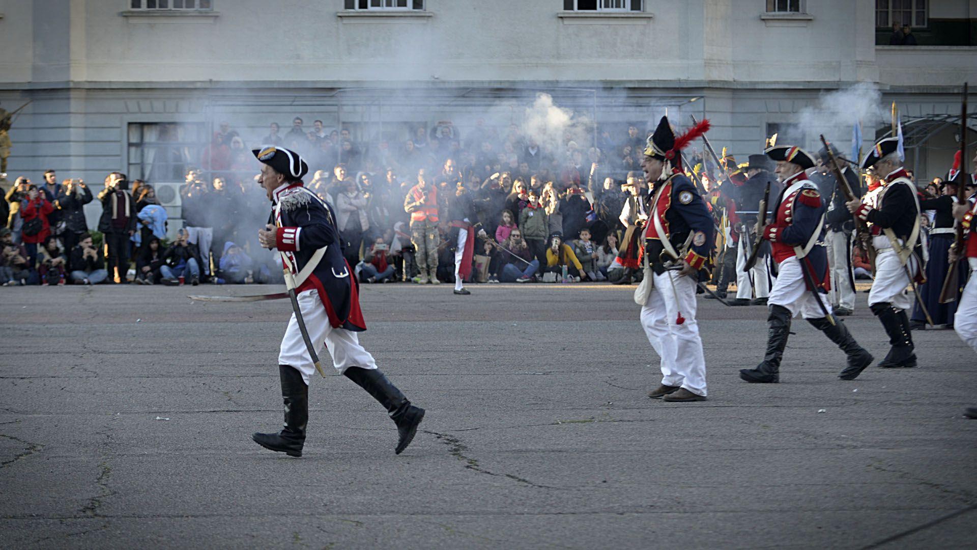Los propios recreadores explicaron luego a los espectadores usosy manipulación de cañones y armas de avancarga, además de exhibir sus uniformes antiguos