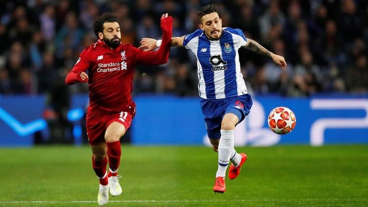 Salah, gran figura del Liverpool, lucha el balón antes de convertir (Reuters)