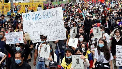 Manifestantes participan en una jornada de protesta contra la reforma tributaria en Bogotá, Colombia (EFE/Archivo)