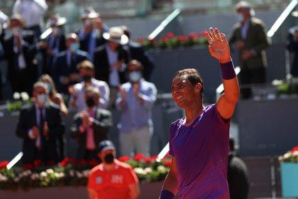 El tenista español Rafael Nadal celebra su triunfo sobre el australiano Alexei Popyrin, tras el partido de octavos de final del Mutua Madrid Open que disputan este jueves en la Caja Mágica. EFE/Rodrigo Jiménez