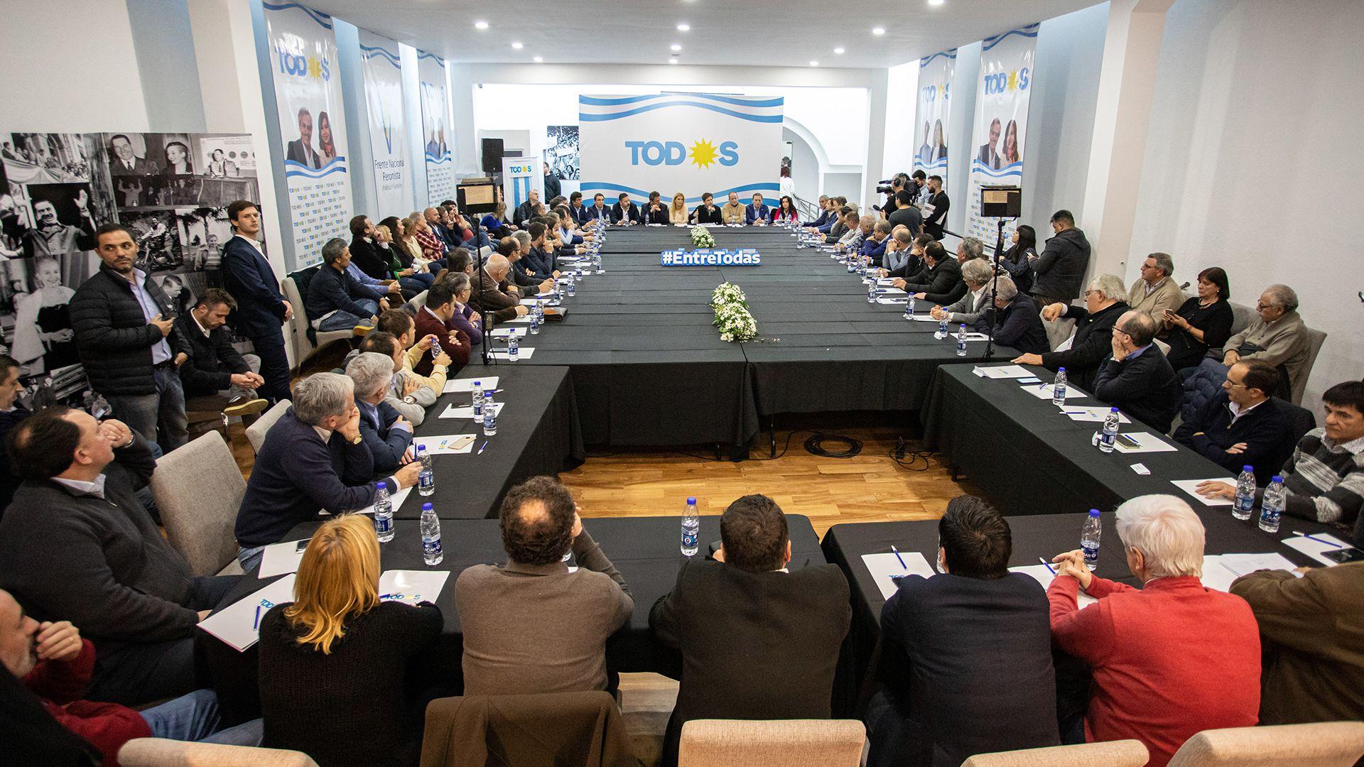 Kicillof en una de las reuniones que mantuvo con los intendentes peronistas de Buenos Aires