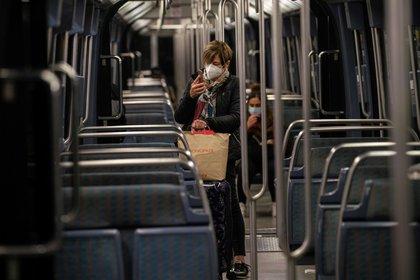 Las personas viajan el metro en París, al comienzo de un toque de queda nocturno implementado para combatir la propagación de la pandemia. (Foto de ABDULMONAM EASSA / AFP)