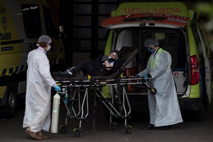 Trabajadores del servicio de Atención Médico de Urgencias (SAMU) y del Hospital San José trasladan a un paciente al servicio de urgencias para adultos, el pasado 10 de mayo del 2020 en Santiago (Chile). EFE/Alberto Valdés.